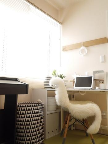 畳の和室もデスクを置けば立派なワークスペースに。白で統一したデスクが畳とマッチしていますね。