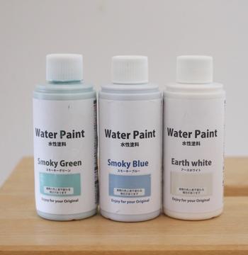 見た目に飽きてしまった瓶は、捨てないで100円ショップに売っている水性塗料でリメイクしちゃいましょう。