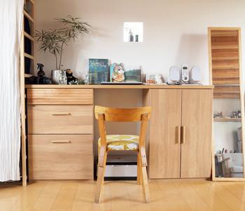 もとが机でなかったとしても、収納と天板などを組み合わせることによって、デスク×収納スペースの確保は可能です。