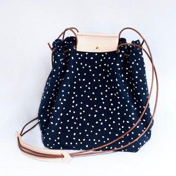斜めがけにぴったりな、涼しげな手つくりバッグ。 キャンバス地なので、どこへでも気軽に持っていけそうなところもポイント。