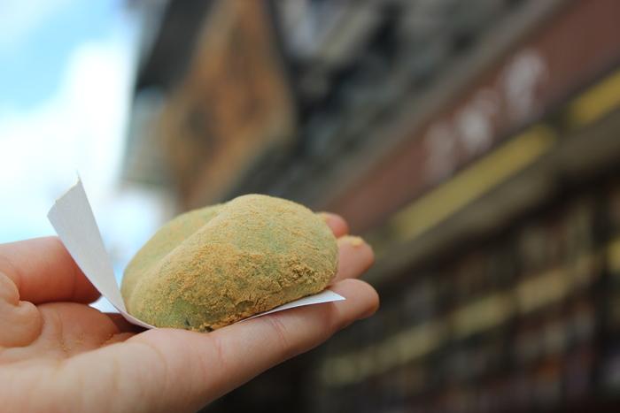 こちらが、上品な粒あんをつきたてのお餅で包んだ看板商品「よもぎ餅」。きな粉とよもぎの香り、もちもちの食感にほどよい甘さのあんこが絶品と評判です。