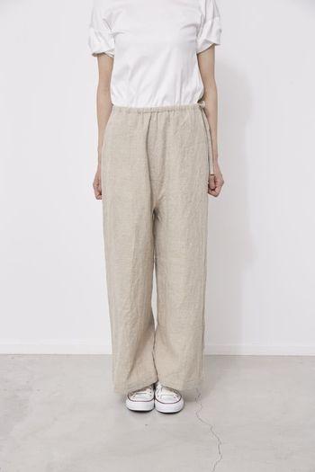 「LINEN CANVAS WIDE PANTS」。夏に1枚は欲しい、麻特有の吸湿性とさらりとした肌触り。くたっと着なじんでいく過程も楽しみ。