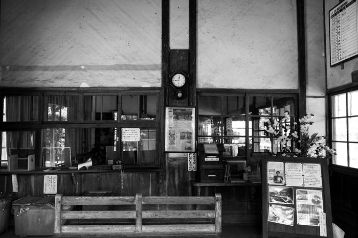駅舎内へ一歩足を踏み入れると、まるで100年前の明治時代中期へタイムスリップしたかのような錯覚を感じます。古い掛け時計、木製のベンチは、嘉例川駅が漂わせるノスタルジックな雰囲気を引き立てています。