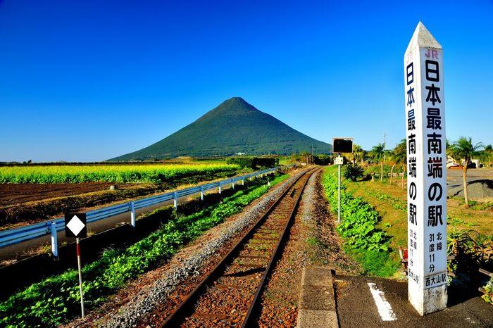 駅構内からは、「薩摩富士」の愛称で親しまれている開聞岳の素晴らしい姿を臨むことができます。
