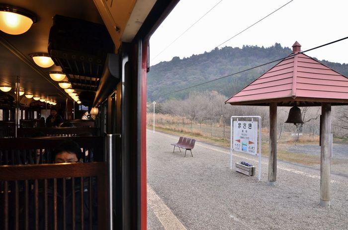 駅ホームには、「幸福の鐘」が設置されています。人里離れた山間に鳴り響く鐘の音は、訪れる人々を幸せな気持ちにさせてくれます。