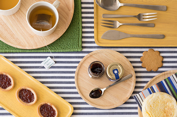 サイズ違いを揃えて、重ねて使ったり並べて使ったりしてもオシャレ。おつまみや朝食、ジャムやティーセットをのせてもGOODです。