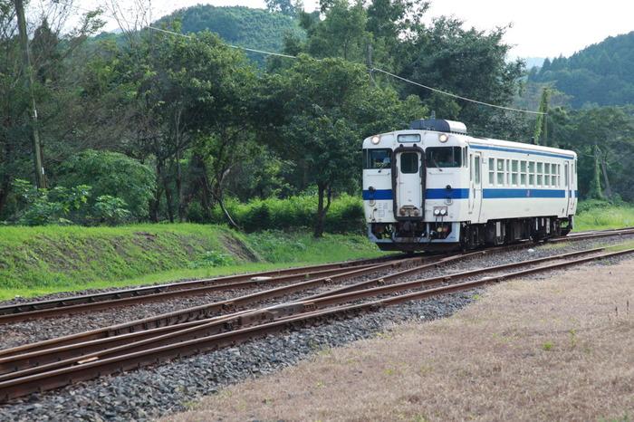 開業から100年以上もの歴史を持つ大畑駅へ、わずか1両のみの小さなディーゼル列車が乗り入れる瞬間、旅人を魅了してやまない不思議な郷愁が漂います。