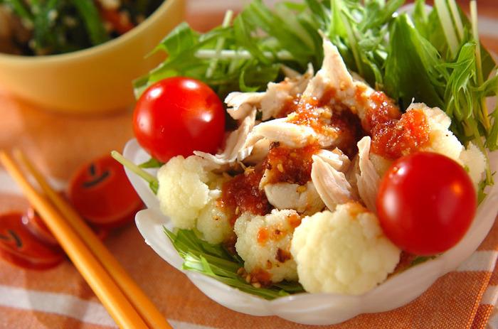 梅とトマトの色味が加わることで、見た目も鮮やかに。梅干しソースの作り方をマスターしておけば、冷ややっこなど他のお料理にもアレンジできそう☆