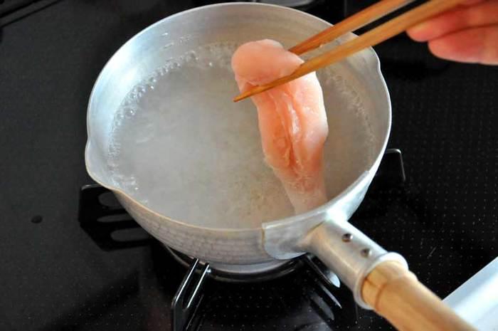 鶏のささみには、白い筋があります。加熱するとお肉が縮んでしまう原因になりますので、調理前に筋を取り除くのがベスト◎包丁を使って、筋に切り込みを入れるように取り除いていきます。お料理を美味しく楽しむには、下ごしらえも大切。 慣れれば簡単ですので、ぜひマスターしてくださいね♪