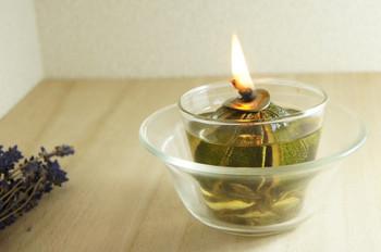 虫除けにもなる植物素材100%のオイルランプ。点火しないときでも植物の香りが広がります。涼やかな見た目で、インテリアとしても素敵ですね。