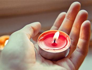 キャンドルとの違いは明るさと持続時間です。オイルランプはキャンドルよりも炎が大きく燃焼時間も長いため、照明としても使うことができます。