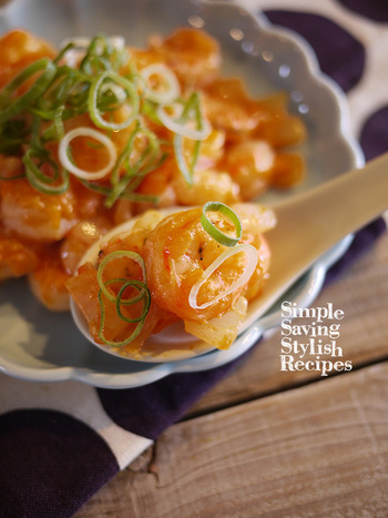 野菜ばかりになりがちな赤色のおかず。ボリュームが足りないと感じたら、冷めても美味しいエビチリがおすすめです。調味料2つでササッと作れるのも嬉しいポイント!