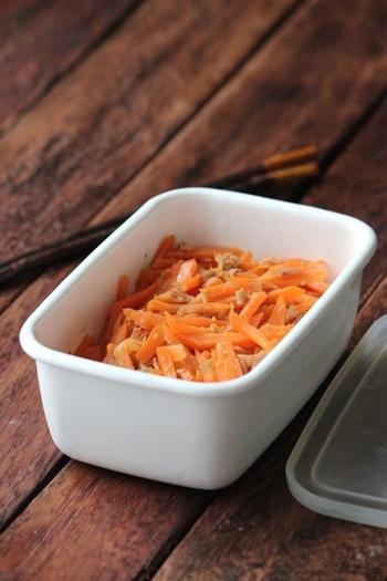 5分で作れる、忙しい朝にお役立ちのレシピです。にんじんメインのきんぴらは、お弁当の隙間に詰めるだけで彩りを添えてくれる名脇役に。