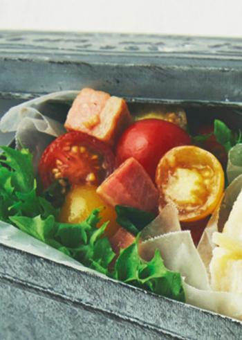 お弁当の彩りに便利な野菜といえば、やはりプチトマト。そのまま詰めるよりも、バジルやバルサミコ酢でデリ風マリネにすれば、ぐっとオシャレな味わいに。