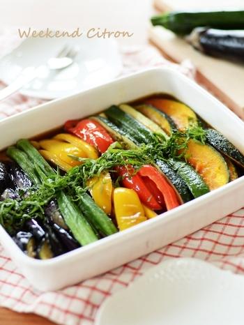 オクラやズッキーニなどの緑の野菜だけでなく、赤や黄色の野菜でも作れる、彩りにぴったりの便利なおかずレシピです。夏野菜だけでなく、アスパラやいんげんで作るのもおすすめ。