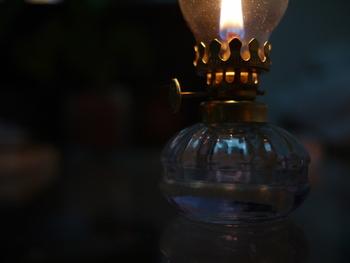 いかがでしたか?燃料を詰め替えれば繰り返し使えるオイルランプ。電気の明るさに疲れたら、ランプの優しい灯りに癒されてみてください。もちろん、火に十分注意しながら安全に楽しみましょう。