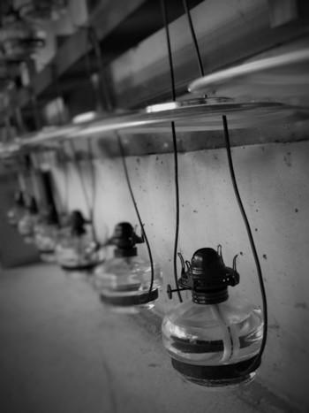 小学生の頃、理科の実験でオイルランプ使ったことありますよね?昔はオイルランプが日常生活の中で照明として使われていました。