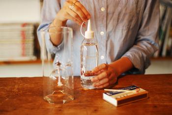 どちらのオイルランプも決められたオイルを使いましょう。指定のものを使うことで安全に、美しいままで使い続けることができます。