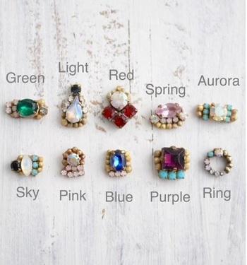 ヴィンテージスワロフスキーやチェコガラスで仕上げた「Vintage glass baby earrings」。耳元で控えめに光を放つ小さめのピアスです。