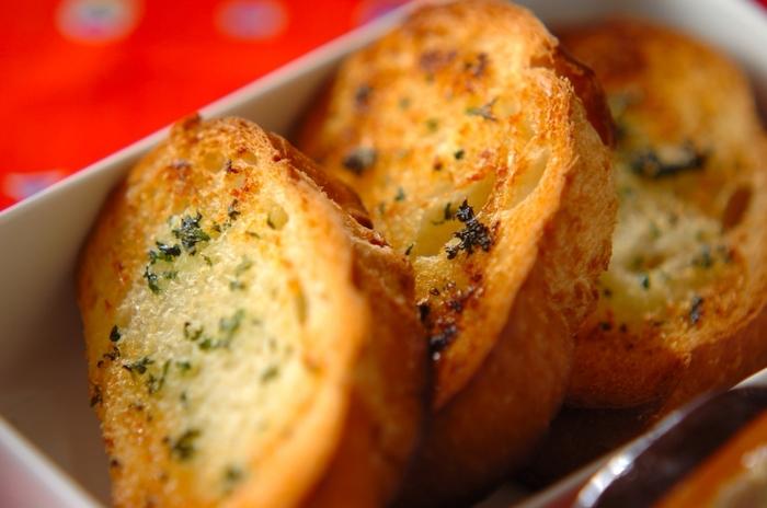 スープに浸しながら食べたい、ガーリックトースト。カリッとした食感が好きな方はフランスパンで。ふんわり食感が好きな方は食パンで作ると良いでしょう。