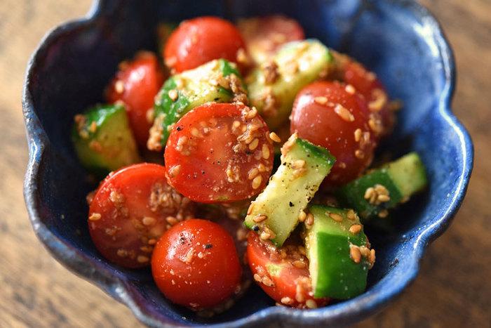 トマトやきゅうりなどの夏野菜も、夏に近づくと旨みを増し、身体にたまった熱を適度にひいてくれます。塩もみしたきゅうりとミニトマトで、ゴマ和えに。ゴマはすり鉢ですると、より香りがひきたちます。