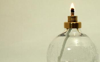 オイルランプというと、安全面で不安に思う方もいるかもしれませんが、このオイルランプは専用にオイルも開発され芯以外には引火しないように考え作られています。