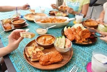 「S&B」のカレー粉でつくったカレーで、カレーパーティーはいかが? 木皿を使った盛り付け方やテーブルコーディネートもぜひ参考にしましょう。