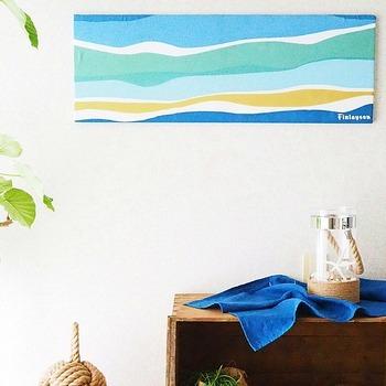 フィンレイソンの手ぬぐいを使って、手軽に作れるファブリックパネル。どこか海辺を思わせるお部屋の雰囲気とフィンレイソンのテキスタイルがぴったり。柄を大きく見せるか小さく見せるかでも印象がずいぶんと変わりそうです。