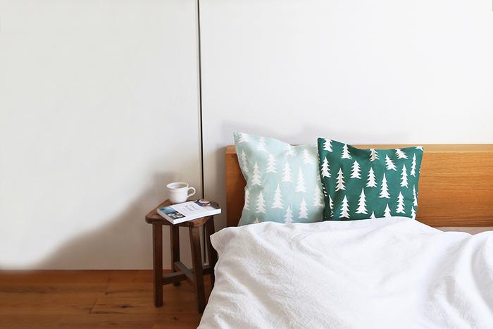 ウッディな家具でトーンをそろえたナチュラルなベッドルームに、モミの木のパターンがお似合い。白地のベッドリネンとコーディネートするといいアクセントになって素敵です。