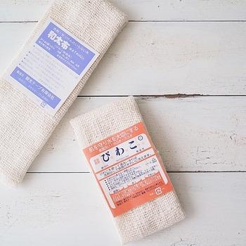 日本独自の織り方で作られたふきん。  でこぼこした質感の綿「ガラ紡糸」を使っているふきんで、吸水性・吸油性に優れているのが特徴です。  吸水性・吸油性が極めて高いことから、「洗剤なしで使えるふきん」として多くの人に利用されるように。  お湯洗いや重曹を加えて洗うことで長く使えますよ。