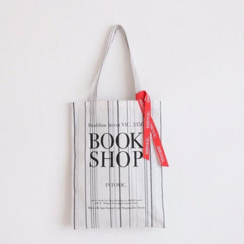 トートバッグ「book shop girl white」は、デザイナーの大好きな街・スペインのトレドの書店で販売されているエコバッグがモチーフだそう。37㎝×28㎝、マチなし。ストラップの長さ:48㎝。