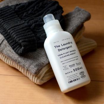 シンプルな洗濯洗剤ですが、これ1本でウールもコットン、レインウェア、シルクなど様々な素材のお洋服を洗えるんです。  洗濯洗剤は素材や仕上がりに合わせて洗剤を買い足すイメージですが、これ1本であらゆる素材の洗濯ができるなんて画期的ですよね。