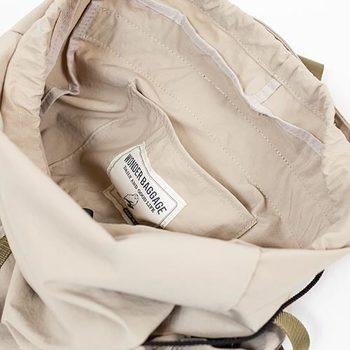 サイドにはペットボトル用ポケット、内部にポケットを配置など、機能性にも優れたバックパックとなっています。容量は約16リットルで、日常使いにちょうど良いサイズ感です。