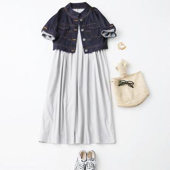 上記と同じドレスの「ホワイト」。デニムジャケットやスニーカーと組み合わせるなど、コーデの幅広さを楽しんで♪