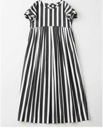 「 DRY WASH COTTON DRESS LONG」。100㎝丈のミディアム丈もあり。ストライプのほか、ホワイト/ブラックの3色。