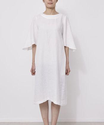 「COLOR LINEN DRESS」。ホワイト/オフホワイト/イエロー/ブルー/グリーン/ブラックの6色。