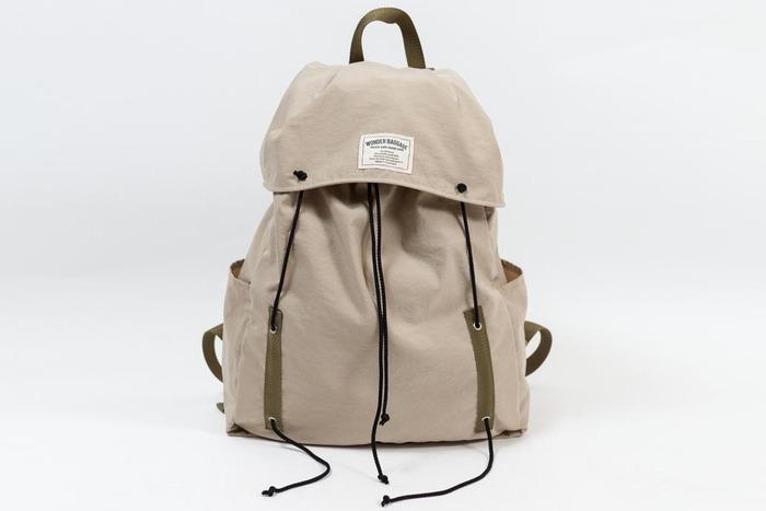 1960~70年代に見られたアウトドア用バッグをベースに、現代の生活にフィットする形へ再構築。綿のような肌ざわりのよいスパン調のタッサーナイロンを2枚重ねにして、しっかりとした存在感に。撥水加工も施されていて、機能的にも風合い的にもワンランク上のデイリーバックとして生まれました。