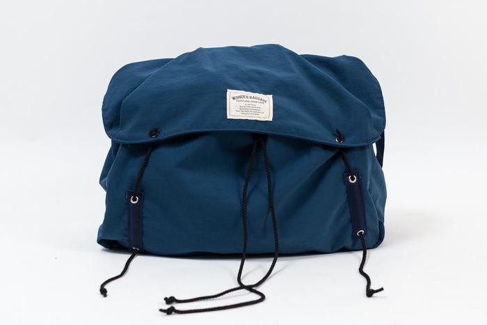 60年代頃に見られたアウトドアバッグをベースにつくられたショルダーバッグ。ベーシックでシンプルなつくりながら、高い機能性が魅力です。