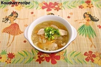 ハワイの伝統的なロコ料理。骨付きの鶏もも肉をコトコト煮込んで身をほぐし、ロングライスを加えます。鶏のうまみがたっぷりのスープが決め手。ロングライスは春雨を意味するようですが、おうちでつくるなら太めのマロニーがおすすめです。