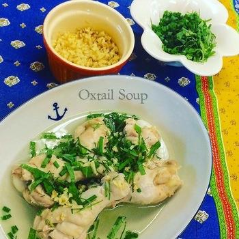 スープに煮込んだお肉を、たっぷりのネギや生姜とともにしょうゆにつけて食べるハワイ料理だとか。ハワイでは、牛のテールを使いますが、こちらは鶏の手羽元を使ったレシピなのでとってもお手軽です。