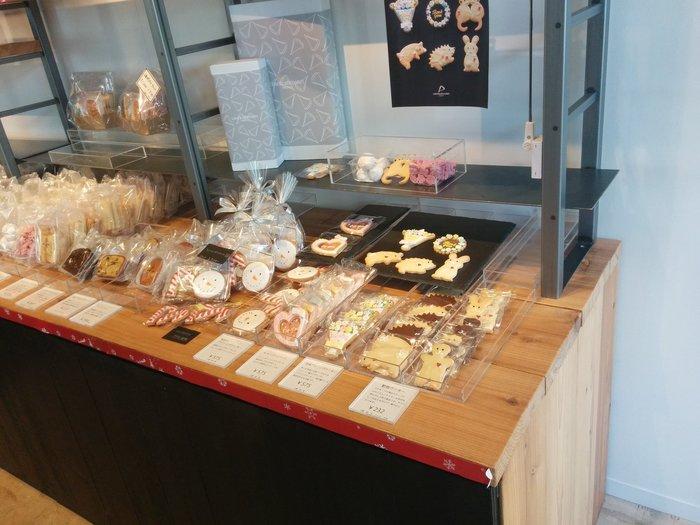 お店の1Fでは、ケーキや焼き菓子の販売も行っています。かわいらしくデコレーションされたアイシングクッキーは、お土産にもおすすめですよ。