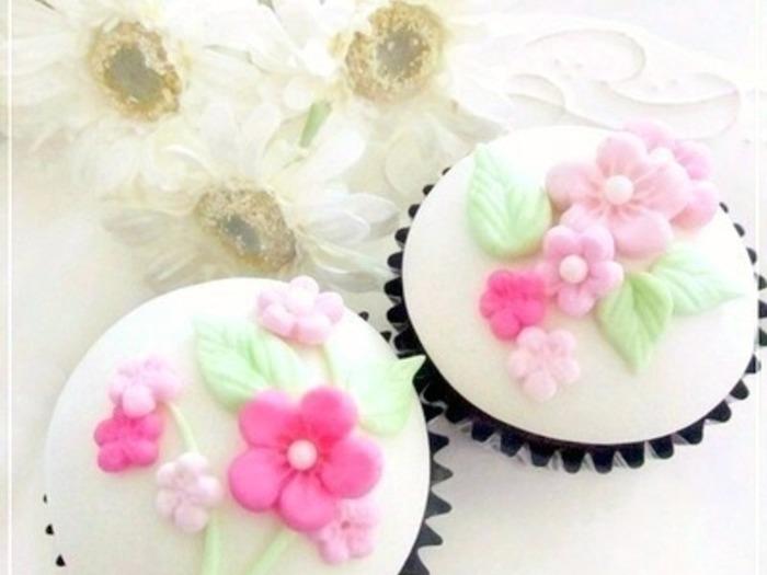 カップケーキのデコレーションを可愛くするのに大活躍するのがフォンダントです。最近はマシュマロを溶かして作るフォンダントが扱いやすく、味も美味しいので主流になってきています。