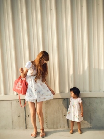 夏らしい涼やかなワンピース。ママの持つピンク色のバックと、思い切り短い丈が大人っぽく見せてくれますね。