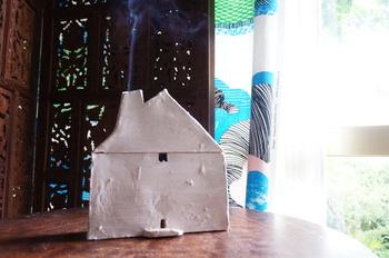 おうちタイプの蚊取り入れ。ゆらゆらのぼる煙をみながらゆったりと。
