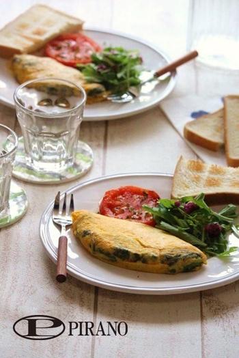 サッとゆでたほうれん草が入ったチーズオムレツも、手軽に作れて栄養満点のおかずです。オムレツをナイフでカットすると、溶けたチーズがとろ~りとろけます。