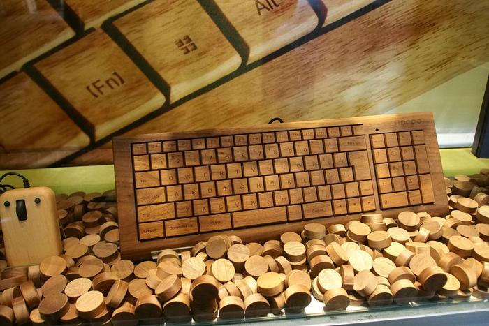 文具類はもとより、スマホケースやパソコンのキーボード・マウスパッドなど、あらゆる身近なものを木と融合させるのがHakoaの魅力です。仕事の相棒として使用してもリラックス効果がありそうですね。