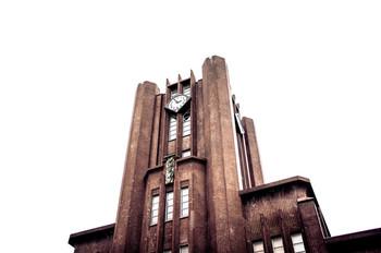 花森安治さんは1911年10月25日、神戸市須磨区に誕生しました。旧制松江高校卒業後、東京帝国大学(現在の東京大学)文学部美学美術史学科に入学し、大学の学生新聞「帝国大学新聞」の編集に参加。1935年に松江の呉服問屋の娘・山内ももよさんと学生結婚し、1937年に長女・蒼生(あおい)さんが誕生しました。