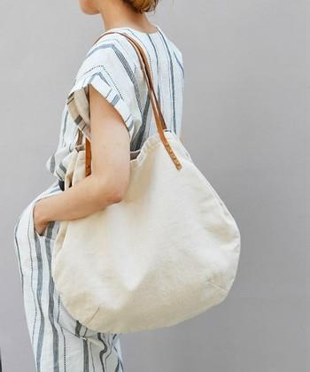 夏に大活躍の白のキャンバスバッグ。今年は、ビッグサイズが新鮮です。