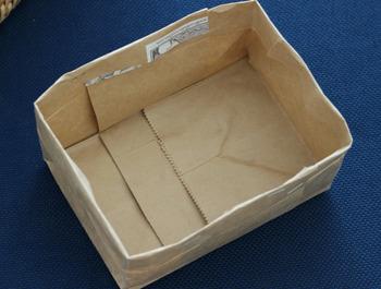 ピッタリサイズの仕切りケースが欲しくても、ジャストなものはなかなか見つかりません。でも、おうちで余った紙袋を使えば、簡単にピッタリサイズの仕切りケースが作れますよ。