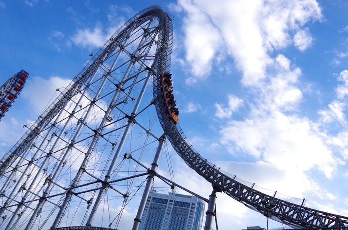青空に届きそうなほど、ぐんぐんと登ってゆくコースター。晴れた日は見晴らしもいいはずですが、そんな余裕もなく急降下!思いっきり叫んで日ごろのストレスを発散させてしまいましょう!  こちらは【東京ドームシティ】の「サンダードルフィン」。なんと、高速で観覧車の中心をくぐり抜けるんだそう!